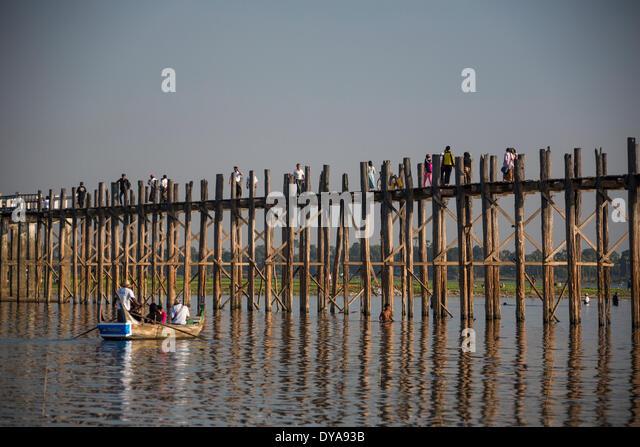 Amarapura Mandalay Myanmar Burma Asien Thaungthaman Boot Brücke berühmten See lange beliebte Reflexion Stockbild