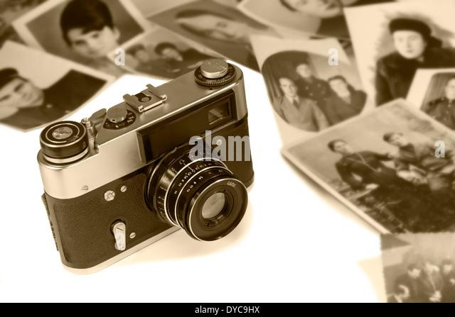 Die veraltete Filmkamera und alten schwarz weiß Fotos auf einem weißen Hintergrund. Stockbild