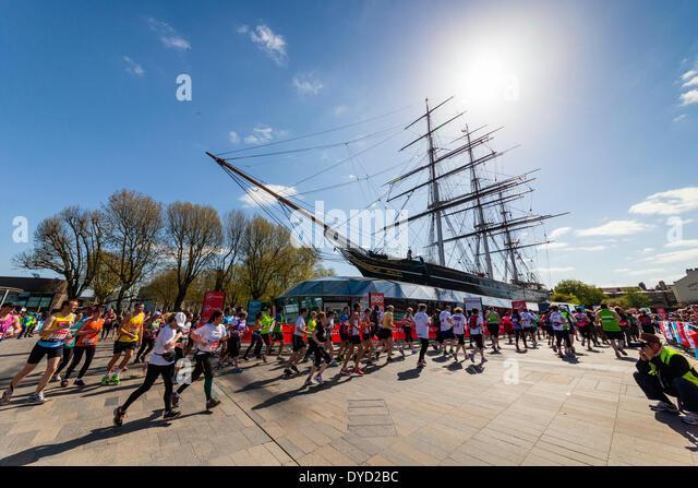 London UK. 13. April 2014 London Virgin Geld Marathonläufer Kreisen die Cutty Sark-Klipper Schiff in Greenwich Stockbild