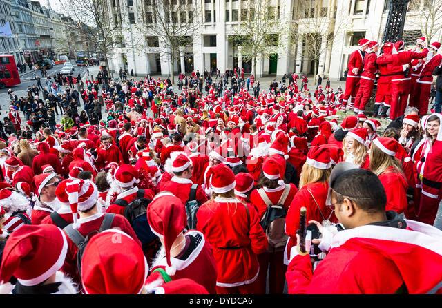 Eine Masse Versammlung von Santas treffen auf den Stufen des St Pauls Cathedral, der jährlichen Santacon zu Stockbild