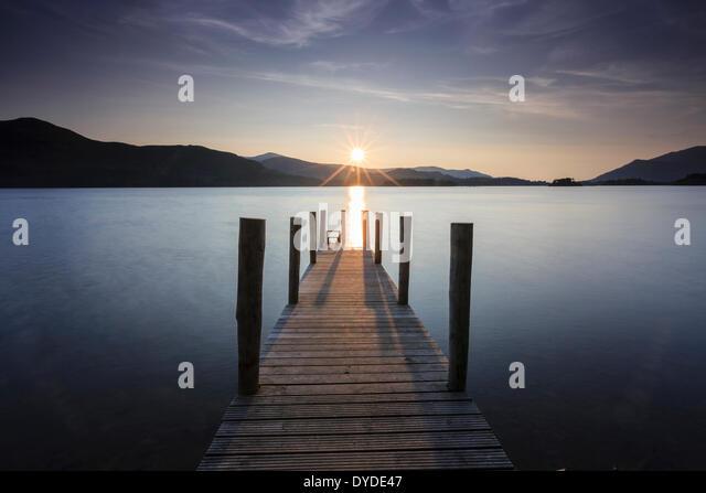Sonnenuntergang über Derwent Water von Ashness Anlegestelle in der Nähe von Keswick im Lake District Stockbild