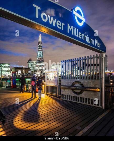 Menschen blickte zu The Shard in der Nacht vom Millennium Tower Pier. Stockbild