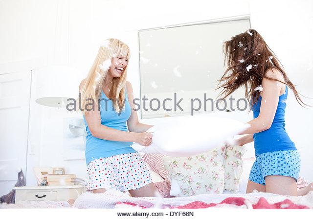 Frauen Kissen Kämpfe im Schlafzimmer Stockbild