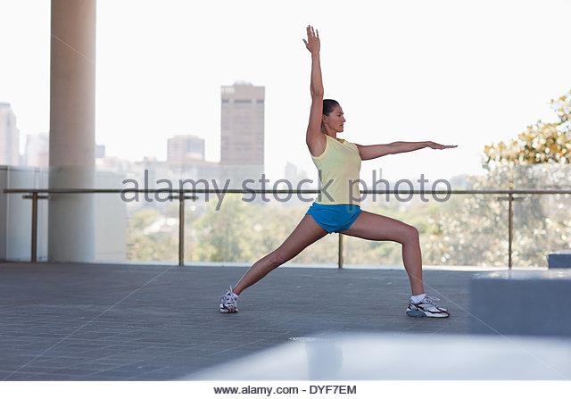 Frau, dehnen vor dem Training Stockbild