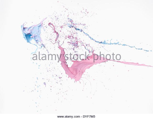 Blau und rosa Flüssigkeit spritzt Stockbild