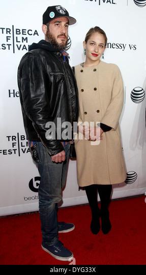 """Michael Mosberg (L) und Jemima Kirke besuchen die Weltpremiere von """"Zeit ist Illmatic"""" beim TriBeCa Film Stockbild"""