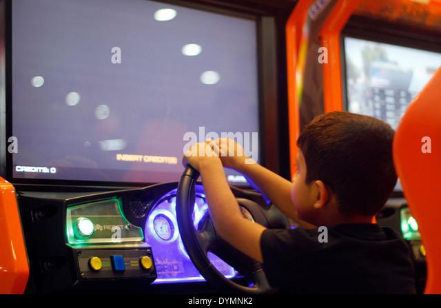 Indische Kleinkind spielen ein Rennspiel in einem Gaming-Zone in Indien Stockbild