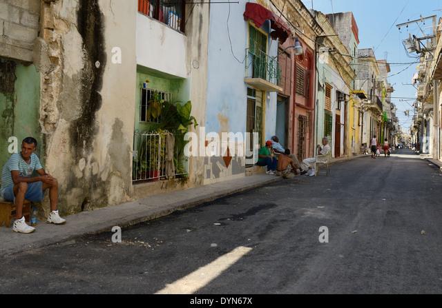 Lokalen Kubaner faulenzen und zu Fuß in einer Straße von Alt-Havanna-Kuba Stockbild