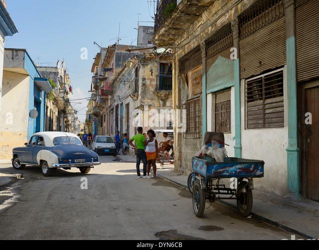 Straßenszene in Alt-Havanna Kuba mit lokalen Kubaner sprechen und Taxis, die auf der Suche nach einem Tarif Stockbild