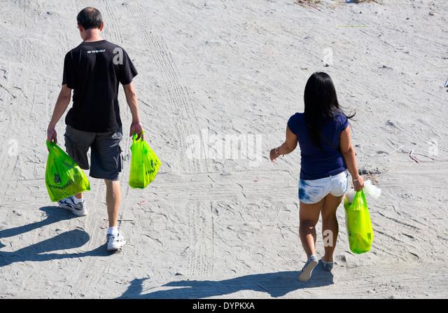 Menschen zu Fuß über Sand in Angeles City, Luzon, Philippinen - Stock-Bilder