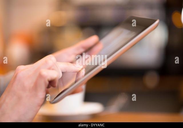 weibliche pc Computer Pub Messgae e-Mail-Finger Stockbild