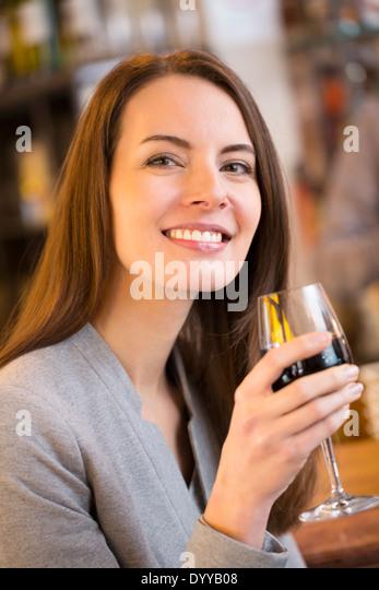 schöne weibliche Glas Wein trinkbar Stockbild