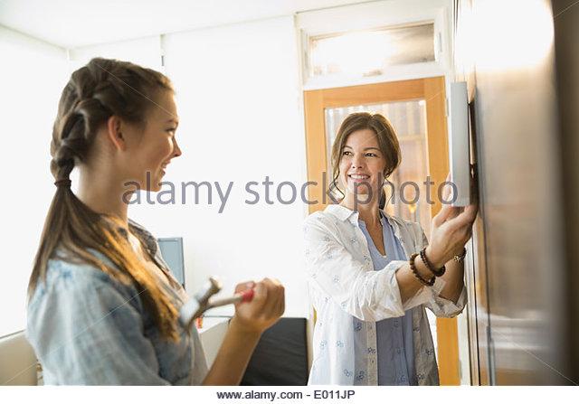 Mutter und Tochter Bilderrahmen an der Wand hängen Stockbild