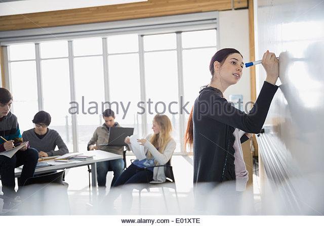 High-School-Schüler am Whiteboard im Klassenzimmer Stockbild