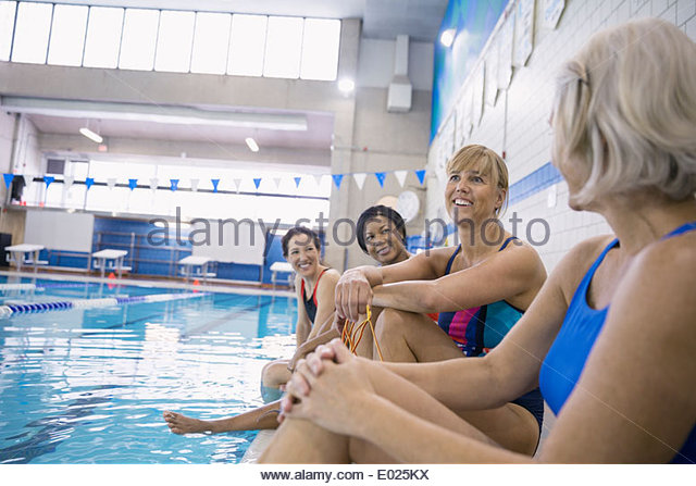 Frauen reden am Hallenbad Stockbild