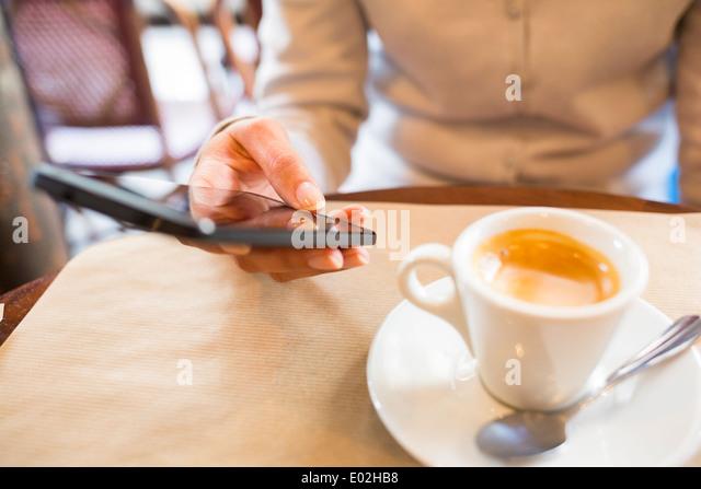 Weibliche Smartphone Kaffeebar Sms mail Stockbild