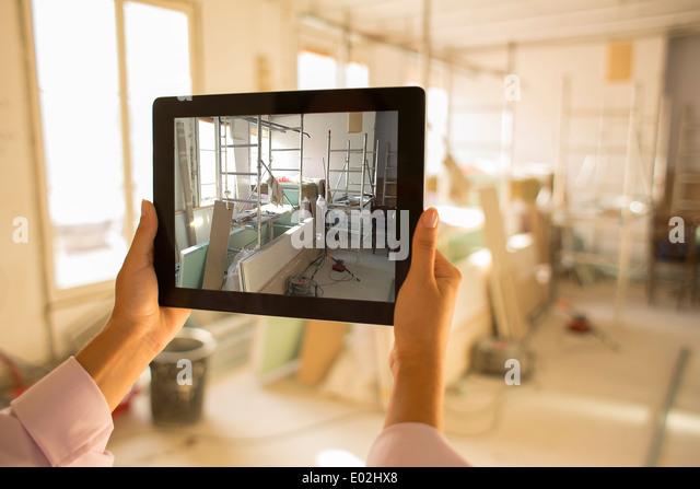 Weibliche Hand close-up Computer arbeiten Bild innen Stockbild