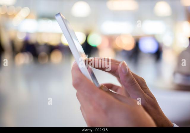 Weibliche Handy Hand Nachricht Sms e-mail Stockbild