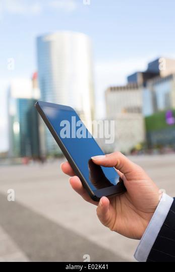 Weibliche Smartphone Hand Sommer Nachricht Sms per e-mail Stockbild