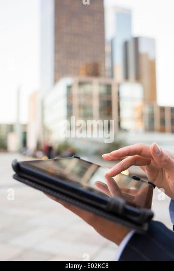 Weibliche Tablet PC Hand Outdoor-Gebäude Stockbild