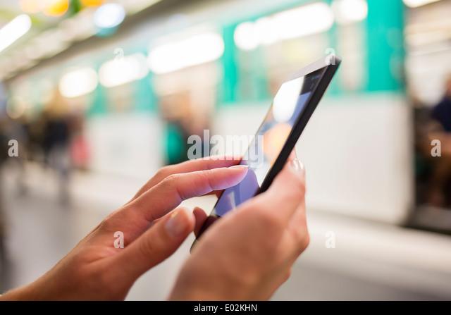Weibliche Smartphone Hand unterirdischen Nachricht Sms e-mail Stockbild