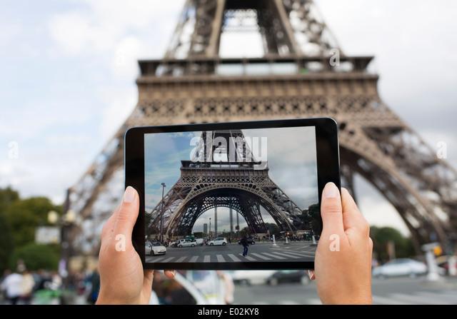 Weibliche Touristen fotografieren den Eiffelturm Stockbild