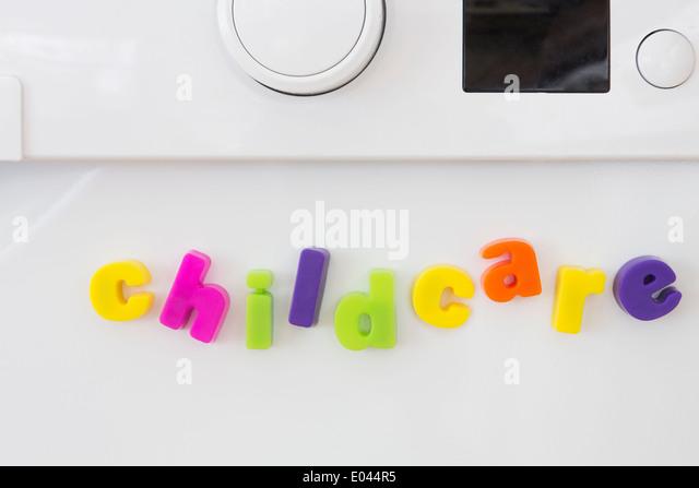 Spielzeug magnetische Buchstaben Kinderbetreuung auf Washine Maschine Stockbild