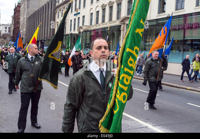 Mitglieder der pro-irische Republikaner unterstützen Cairde Na Heireann Organisation paradieren durch Stadt Stockbild