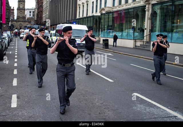 Mitglieder der pro-irische Republikaner unterstützen Cairde Na Heireann Organisation paradieren durch Glasgow Stockbild