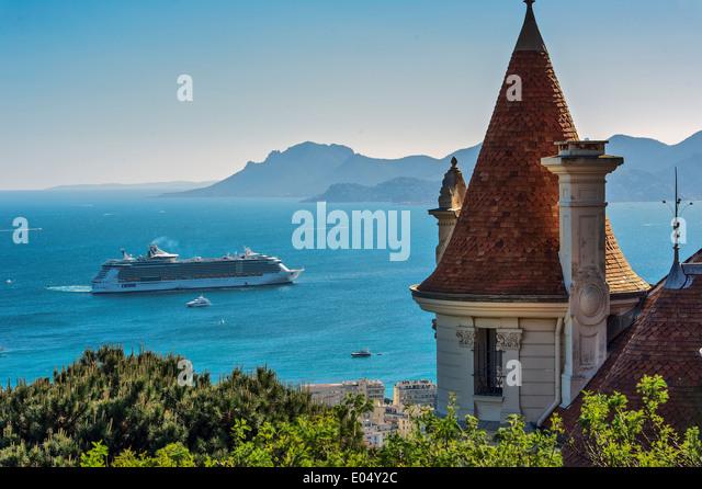 Europa, Frankreich, Alpes-Maritimes Cannes. Kreuzfahrtschiff in einer Bucht von Cannes. Stockbild