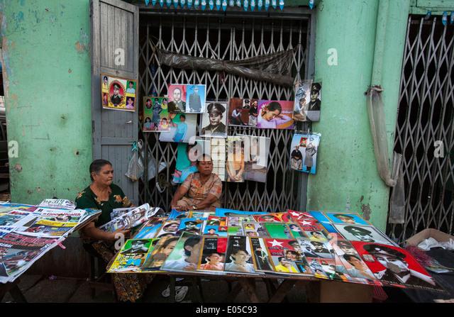 Verkauf von Postern von Aung San Suu Kyi in Yangon Stockbild
