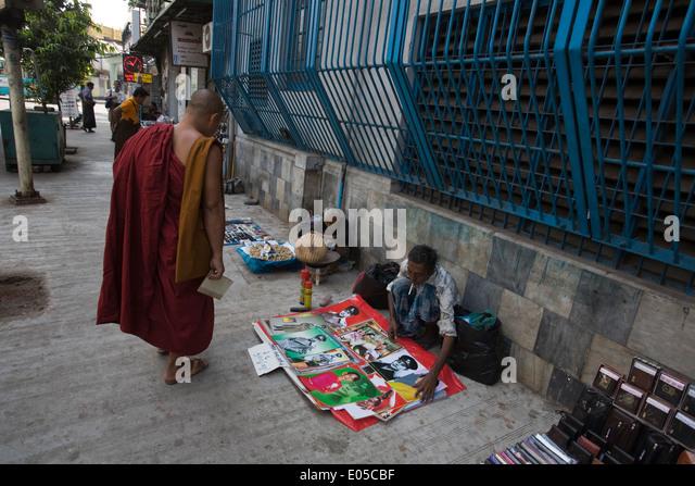 Verkauf von Postern von Aung San Suu Kyi auf einer Straße in Yangon Stockbild