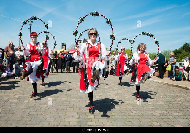 Upton auf Severn, Worcestershire, UK. 3. Mai 2014 Folkloretänzern unterhalten Menschen an einem schönen Stockbild