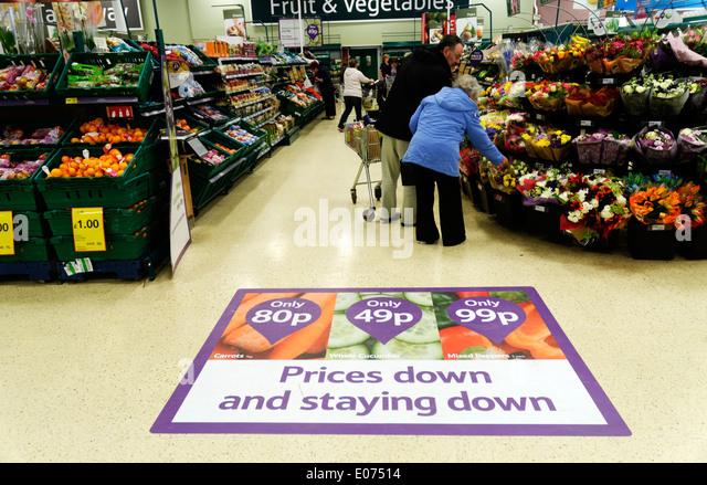 Eine Anzeige zu günstigen Preisen in Tesco-Supermarkt Stockbild