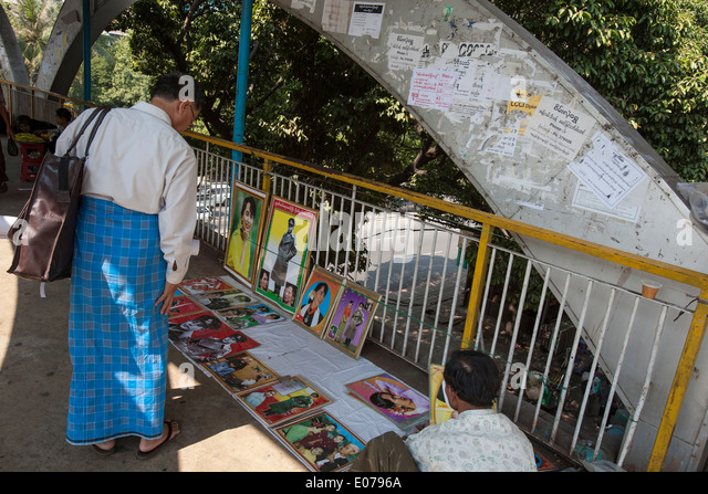Verkauf von Fotos von Aung San Suu Kyi in Yangon Stockbild