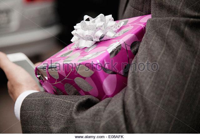 Beschnitten Menschenbild Geschenkbox im Freien halten Stockbild