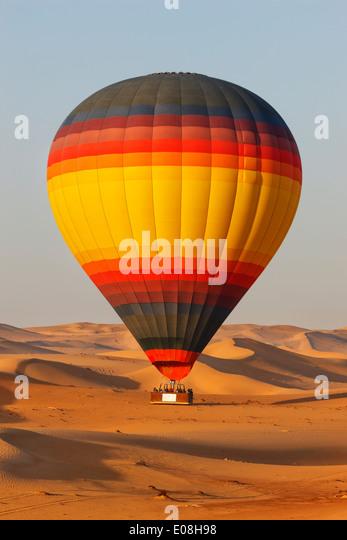 Dubai-Wüste mit Heißluftballon überfliegen Stockbild