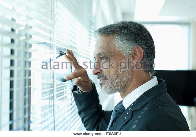 Porträt von zuversichtlich Geschäftsmann am Fenster Stockbild