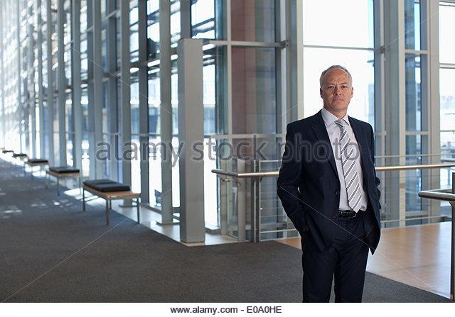 Geschäftsmann am Fenster im Büro lobby Stockbild