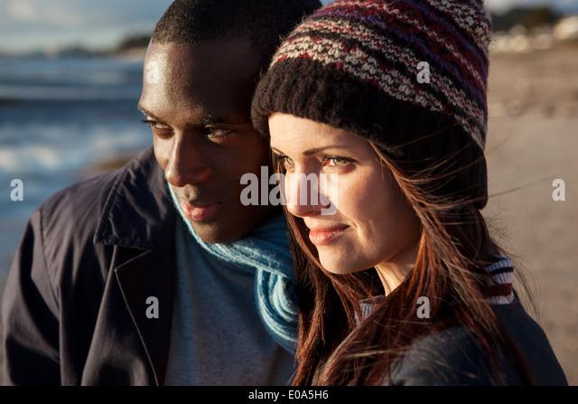 Romantische junges Paar am Strand Stockbild