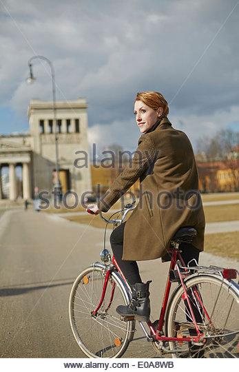 Radfahren, Frau Denkmal im Hintergrund, München, Deutschland Stockbild