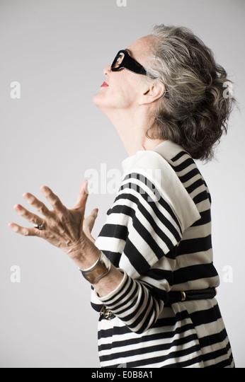 Porträt von senior Frau, offenen Armen, Seitenansicht Stockbild