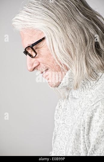 Porträt von reifer Mann, Seitenansicht, auf der Suche nach unten Stockbild