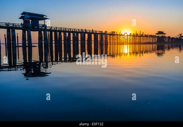 Sonnenuntergang am U Bein Brücke in der Nähe von Amarapura, Myanmar, Asien Stockbild
