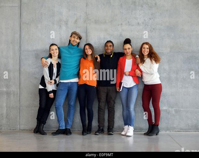 Multiethnische Gruppe von glücklichen jungen Studenten auf dem Campus. Gemischte Rassen junge Menschen zusammenstehen Stockbild