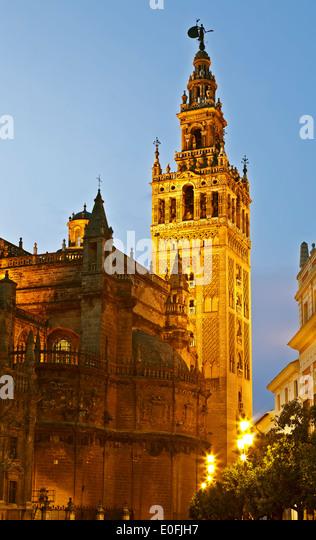 La Giralda Turm in der Dämmerung, Sevilla, Spanien Stockbild