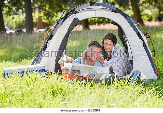 Paar genießt Campingurlaub In Landschaft Stockbild