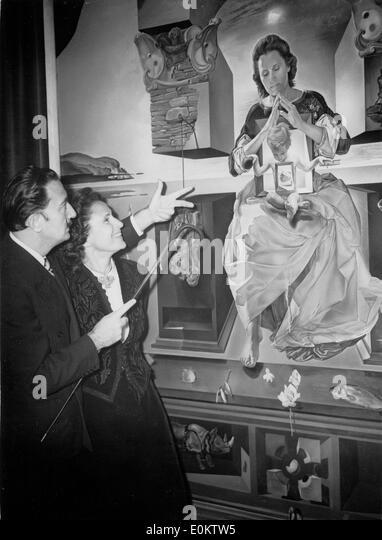 Salvador Dali mit seiner Frau Gala vor einem seiner Bilder Stockbild