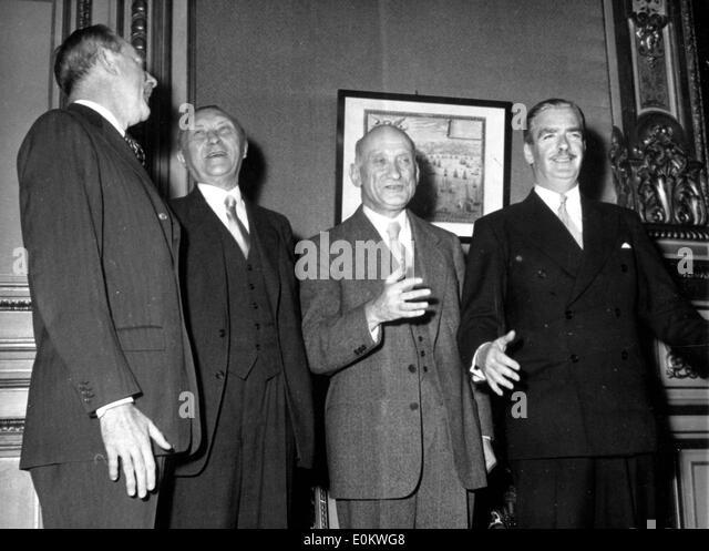 Konrad Adenauer trifft sich mit anderen Politikern Stockbild