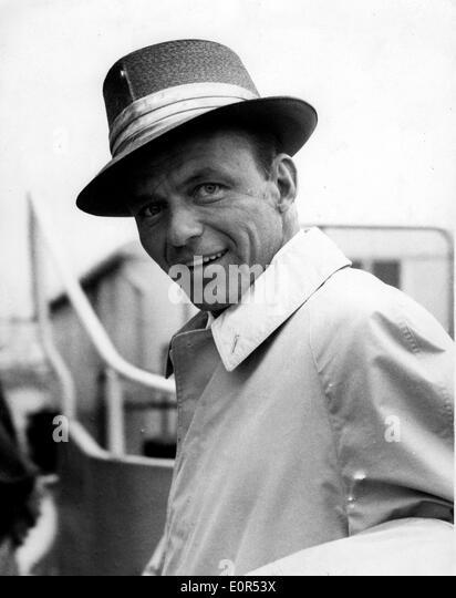 Nahaufnahme von Frank Sinatra, als er am Flughafen Heathrow ankommt Stockbild
